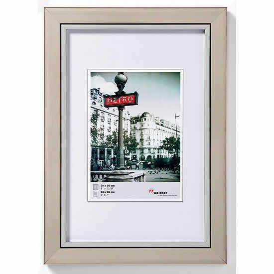 Cadre photo bois couleur acier 50x70 cm metro walther for Cadre photo mural bois